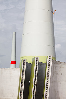 Geordnete Bauteile neben einem Windrad im Bau - p327m1216588 von René Reichelt