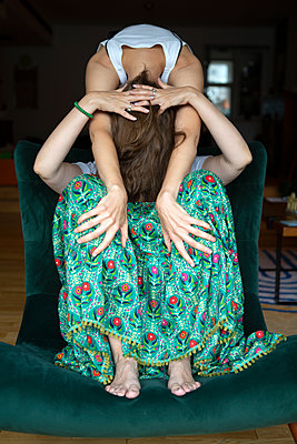 Two women embracing - p817m2291142 by Daniel K Schweitzer