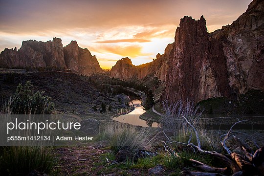 Creek reflecting sunset sky in desert landscape, Smith Rock State Park, Oregon, United States - p555m1412134 by Adam Hester