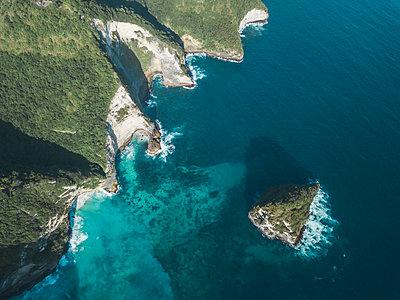 Aerial view of Kelingking Beach area, Nusa Penida island, Bali, Indonesia - p300m2114657 by Konstantin Trubavin