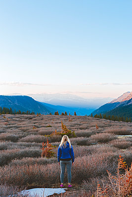 USA, Colorado, Guanella Pass, Woman looking at mountains - p352m1350125 by Eija Huhtikorpi