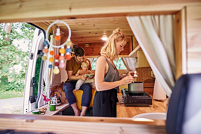 Family in Campervan cooking - p1124m2229015 by Willing-Holtz