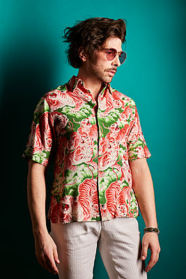 Man with sunglasses and colorful shirt, portrait - p1540m2237778 by Marie Tercafs
