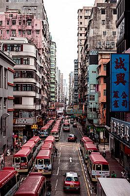 Hong Kong, Mong Kok, Goldfish Street, street canyon - p300m2077688 by Daniel Waschnig Photography