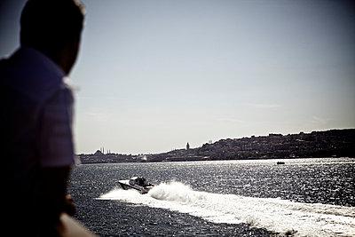 Man watching a motor boat - p5863539 by Kniel Synnatzschke