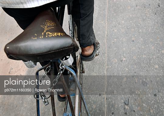 Radfahrer in Dehli unterwegs - p972m1160350 von Rowan Thornhill