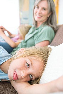 kleines Mädchen mit Grossmutter - p1156m1591779 von miep