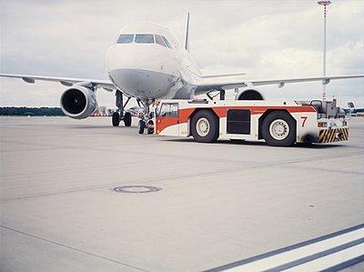 Flugzeug mit Zugwagen - p1157m1092972 von Klaus Nather