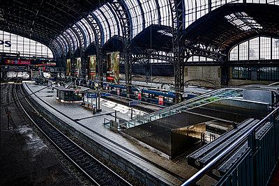 Central station, Hamburg, shutdown due to Covid-19 - p1276m2178389 by LIQUID