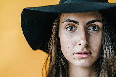 Portrait of brunette young woman wearing a floppy hat - p300m1535294 by Kniel Synnatzschke