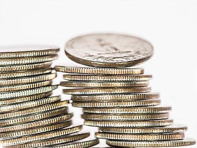 Stapel mit Vierteldollar-Münzen - p401m1362755 von Frank Baquet
