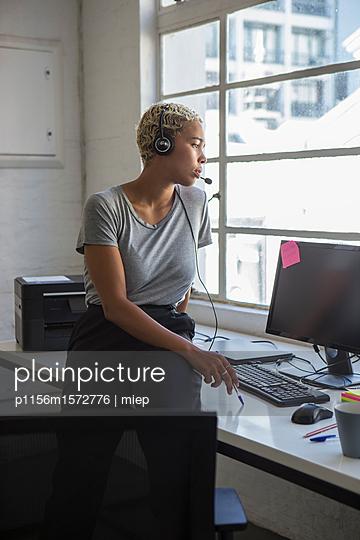 Frau mit Headphone - p1156m1572776 von miep