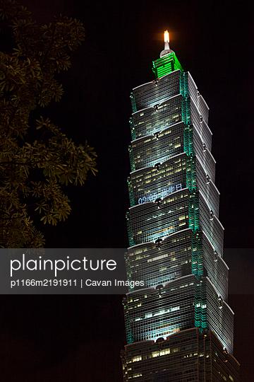 Taipei 101 building at night in Taipei, Taiwan - p1166m2191911 by Cavan Images