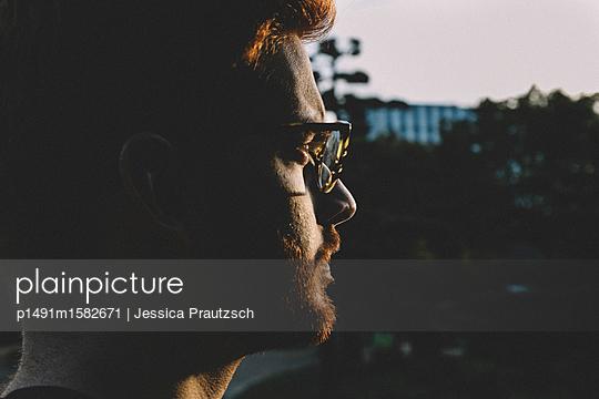 Mann blickt in die Ferne - p1491m1582671 von Jessica Prautzsch