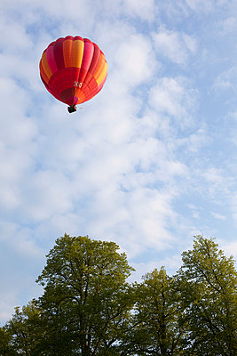 Hot-air balloon - p1057m908323 by Stephen Shepherd