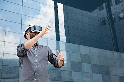 Geschäftsmann mit Virtual-Reality Brille - p1325m1464962 von Antje Solveig