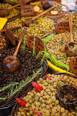 Markt, Olivenstand - p781m2038024 von Angela Franke