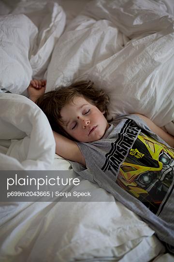 Schlafender Junge - p699m2043665 von Sonja Speck