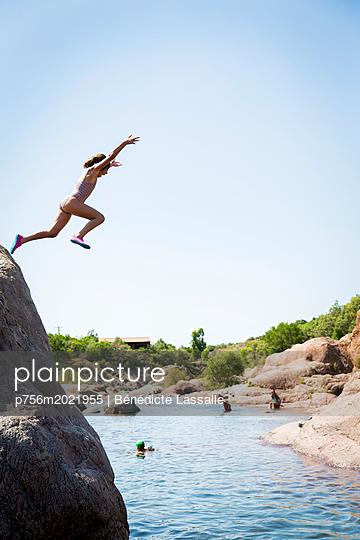 Mädchen springt ins Wasser - p756m2021955 von Bénédicte Lassalle