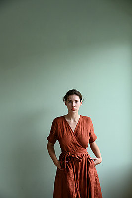 Young woman in brown dress, portrait - p427m2254274 by Ralf Mohr