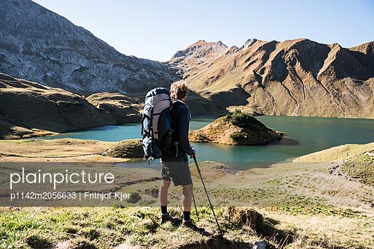 Junger Wanderer an Bergsee - p1142m2056633 von Runar Lind