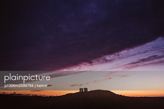 plainpicture - plainpicture p1326m2099794 - Corfe Castle in the evening - plainpicture/kemai