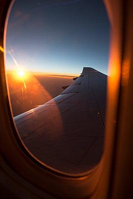 Blick auf den Sonnenuntergang aus einem Flugzeug - p1057m1466871 von Stephen Shepherd