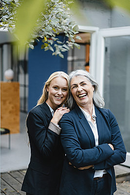 Portait of happy mature and young businesswoman - p300m2170213 by Gustafsson