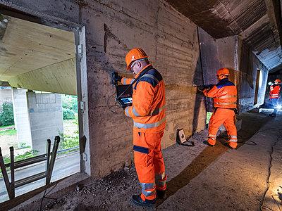 Kontrolle und Wartungsarbeiten an einer Autobahnbrücke - p390m2013431 von Frank Herfort