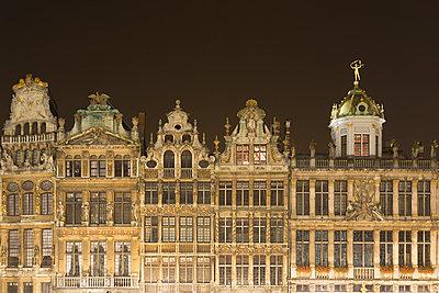 Historic buildings,  Le Renard, Le Cornet and Le Roi D'Espagne, Grand Place at night, Brussels, Belgium - p429m942932 by Alex Holland