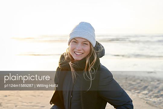 Frau mit Mütze am Meer - p1124m1589287 von Willing-Holtz
