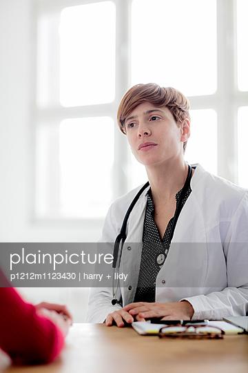 Ärztin am Tisch - p1212m1123430 von harry + lidy
