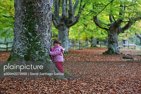 Girl leaning on tree trunk at Gorbea Natural Park - p300m2273958 by David Santiago Garcia