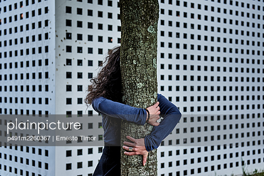Woman embracing a tree - p491m2260367 by Ernesto Timor