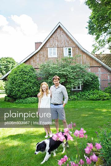 Junges Paar mit Haus und Hund - p606m933987 von Iris Friedrich