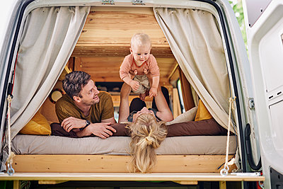 Family in Campervan - p1124m2228994 by Willing-Holtz