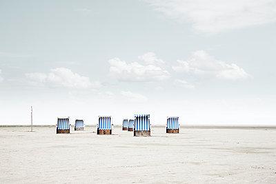 Mehrere blau-weiße Strandkörbe am Strand von Sankt Peter-Ording - p1162m2115380 von Ralf Wilken