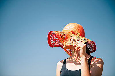 Woman wears sun hat - p1196m1185174 by Biederbick&Rumpf