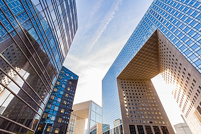 France, Paris, La Defense, Grande Arch and other modern office buildings - p300m2068631 by Werner Dieterich