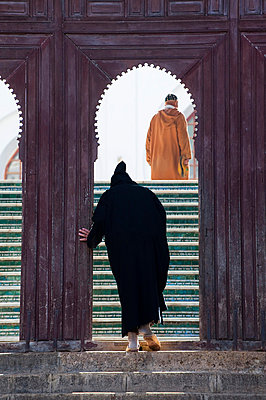Moroccan man entering the Mosque of the Andalusian, Fez, Morocco, North Africa, Africa - p8713669 by Emanuele Ciccomartino