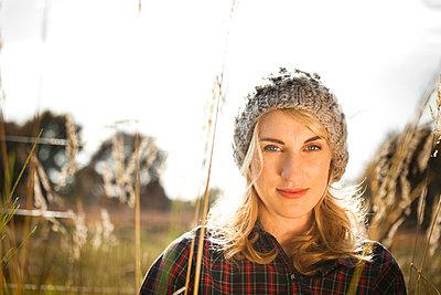 Frau mit Mütze - p904m740451 von Stefanie Päffgen