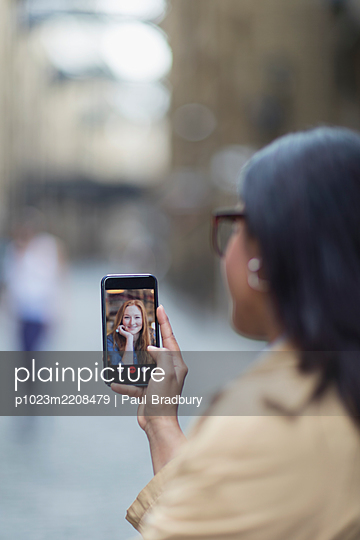 Women video chatting on smart phone screen - p1023m2208479 by Paul Bradbury