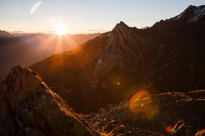 Sonnenaufgang am Berg - p1357m1207508 von Amadeus Waldner