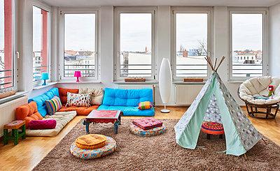Wohninterieur mit Spielzelt im Loft Atelier - p390m1362317 von Frank Herfort