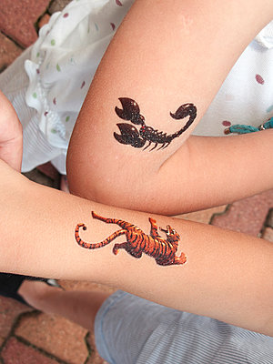 Children with temporary tattoos - p1499m1588953 by Marion Barat