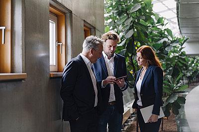 Business people talking in modern office building - p300m2156344 by Joseffson