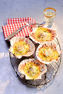 Gratinated scallops - p9360076 by Mike Hofstetter