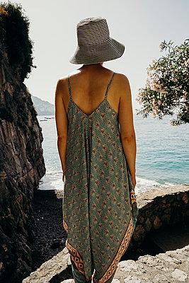 Frau blickt aufs Meer - p432m2045443 von mia takahara