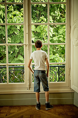 Teenager looking outside - p445m1128624 by Marie Docher