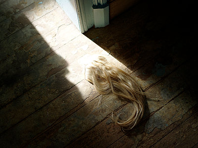 Hair piece on the floor - p945m1467746 by aurelia frey
